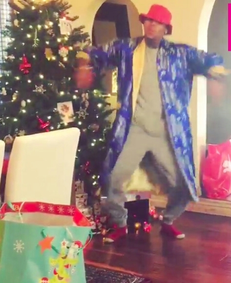 chris-brown-chicken-head-dance-christmas-right-thurr-video-lead-1